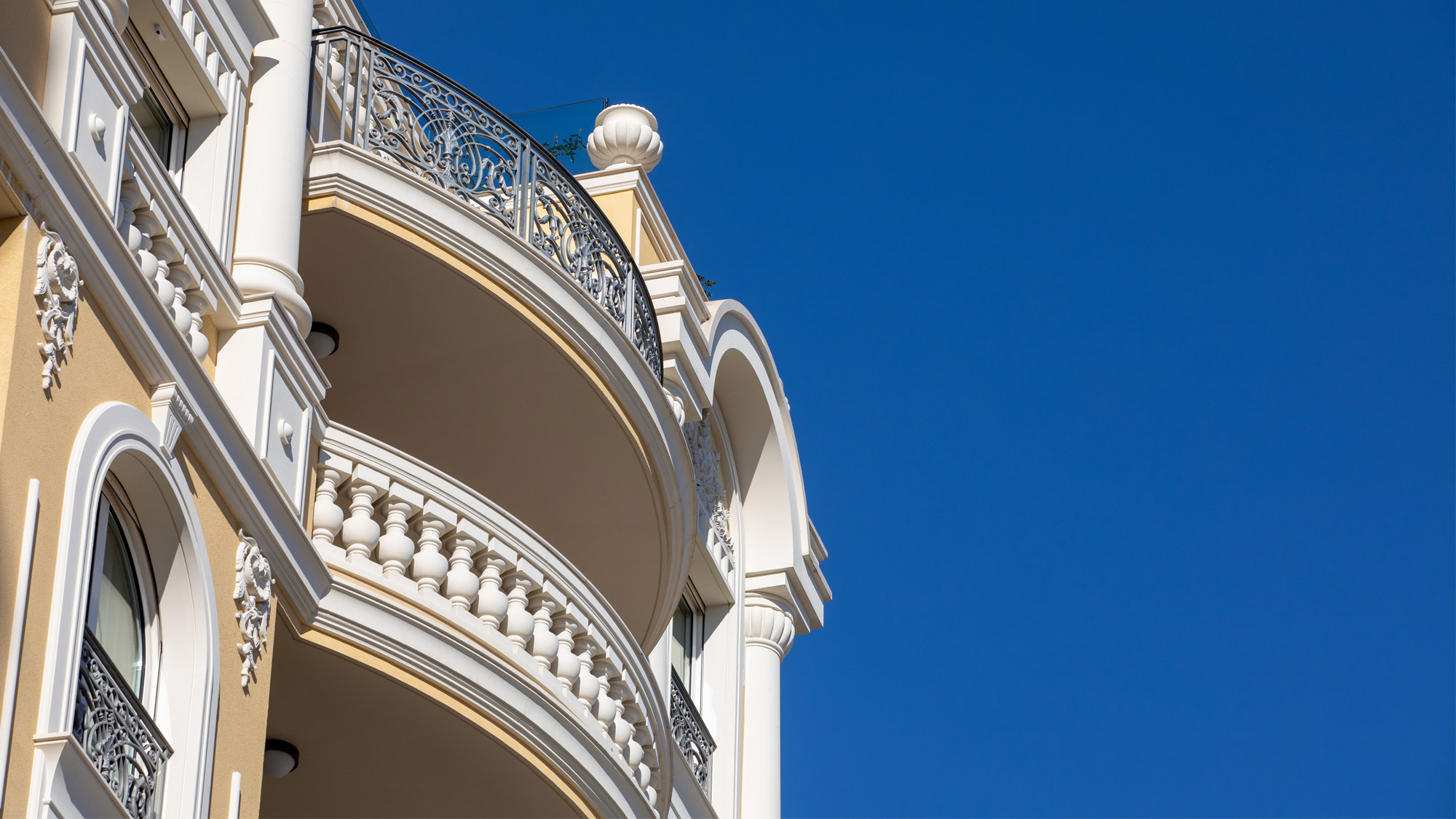 Flats to rent in Monaco in bourgeois buildings in Monaco with blue sky background
